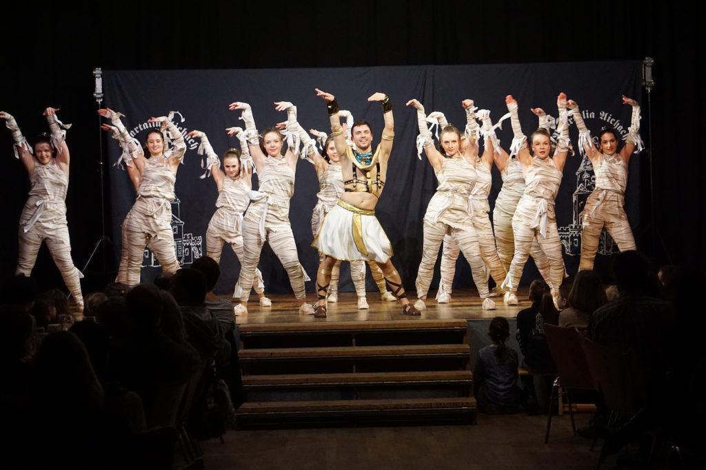 Die Mumien zeigen ihre Choreografie zu den Backstreet Boys